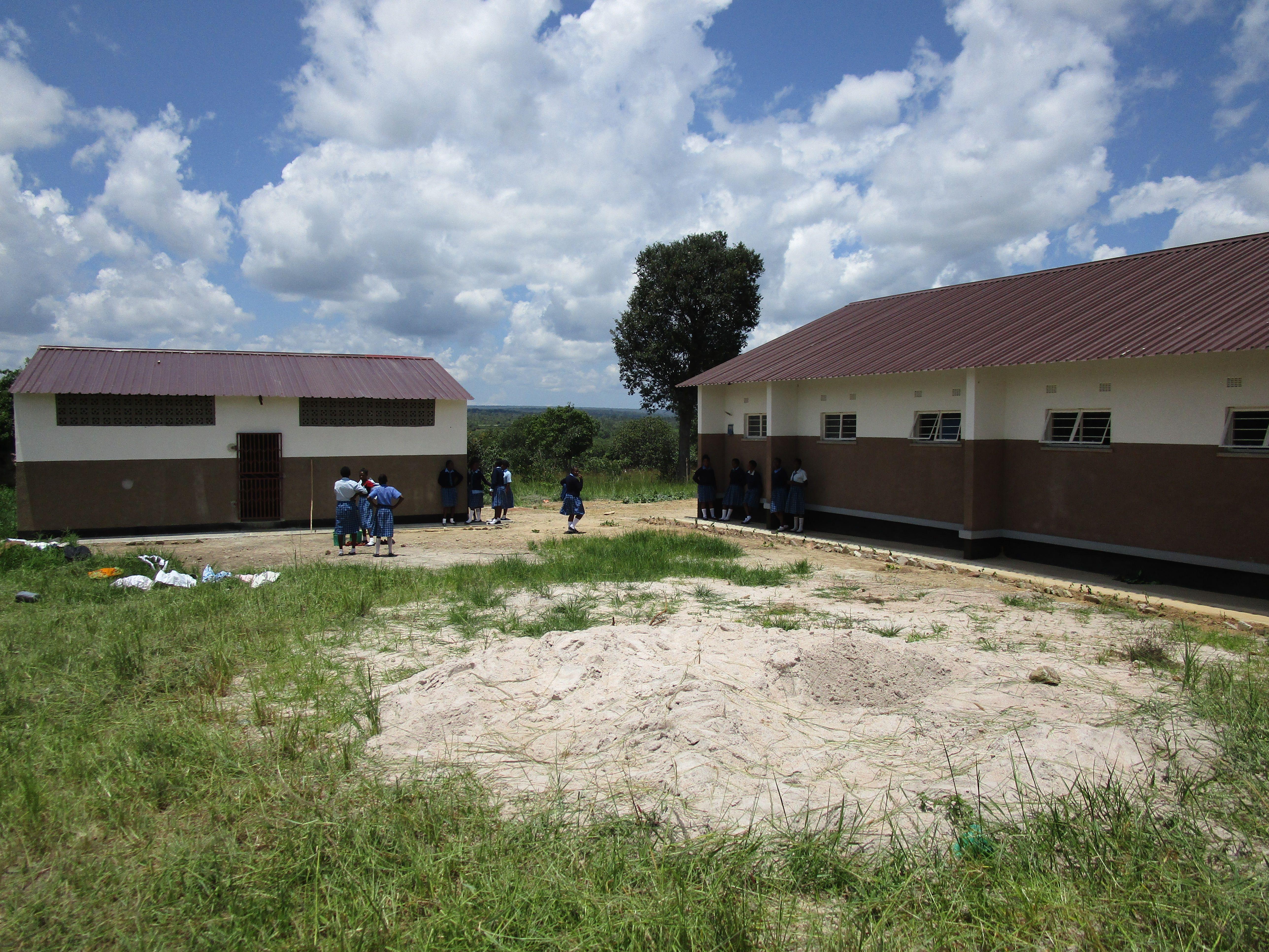 Links das Waschhaus, rechts eines der beiden Wohnheime